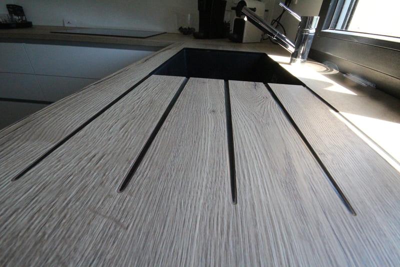Moderne open witte keuken met glazen wand  2