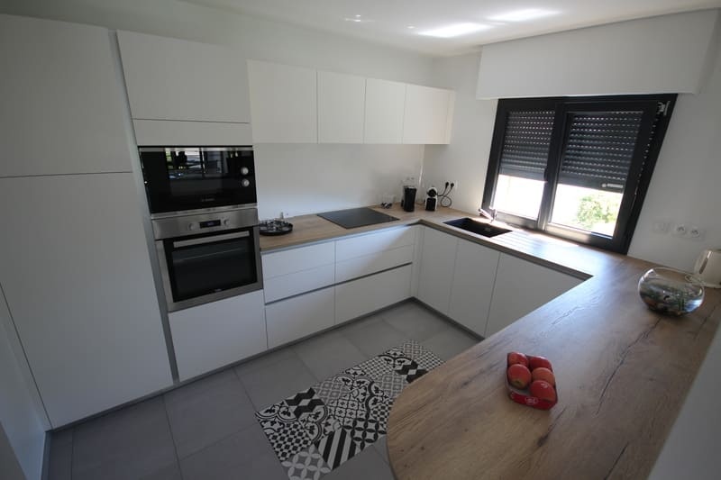 Moderne open witte keuken met glazen wand  1