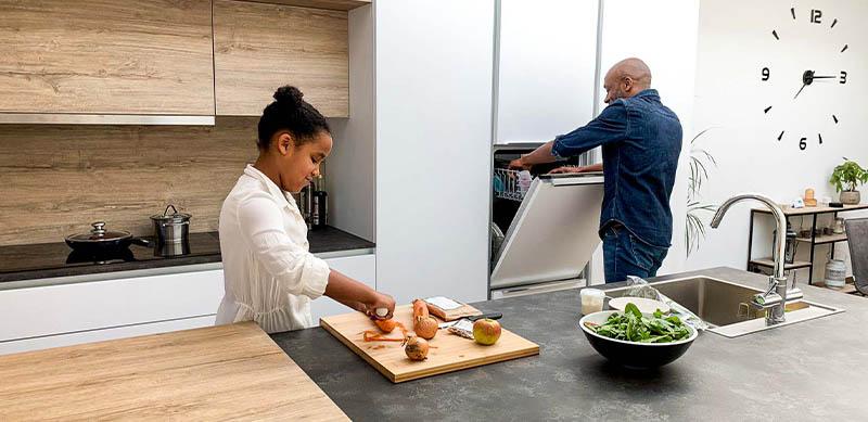Hedendaagse witte open keuken met centrale eiland door Isabelle SIERANSKI  5