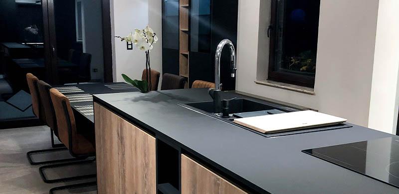Industriële open zwarte houten keuken met centrale eiland door Isabelle SIERANSKI  6