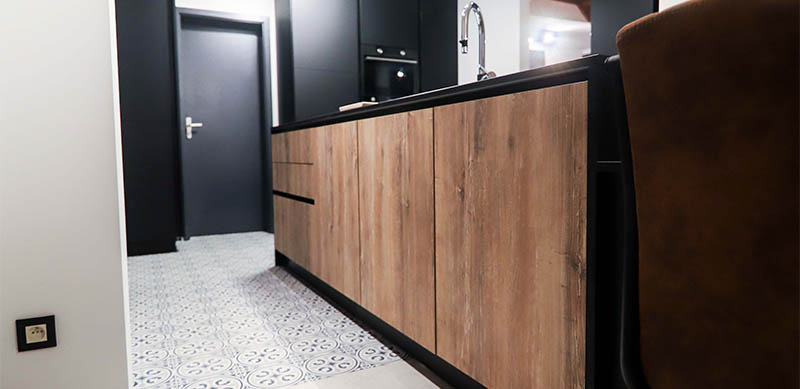 Industriële open zwarte houten keuken met centrale eiland door Isabelle SIERANSKI  8