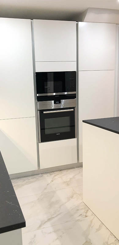 Open moderne zwarte en witte houten keuken door Isabelle SIERANSKI  9