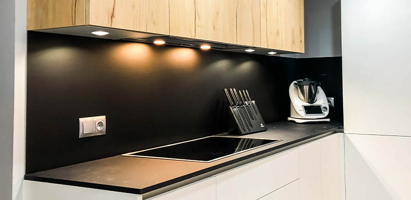 Open moderne zwarte en witte houten keuken door Isabelle SIERANSKI  8