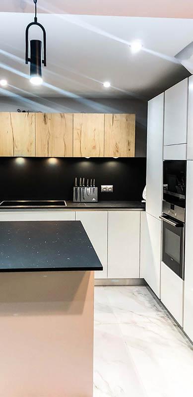 Open moderne zwarte en witte houten keuken door Isabelle SIERANSKI  7