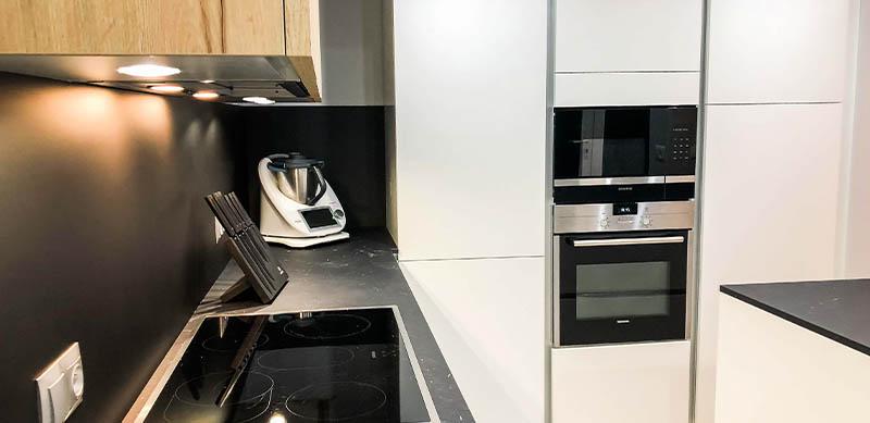 Open moderne zwarte en witte houten keuken door Isabelle SIERANSKI  6