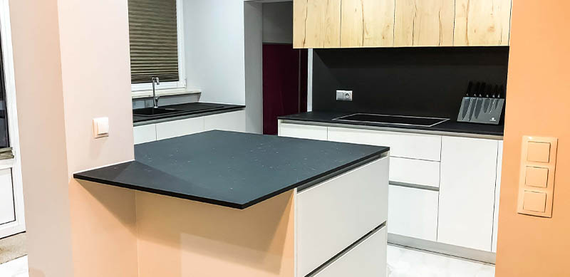 Open moderne zwarte en witte houten keuken door Isabelle SIERANSKI  5