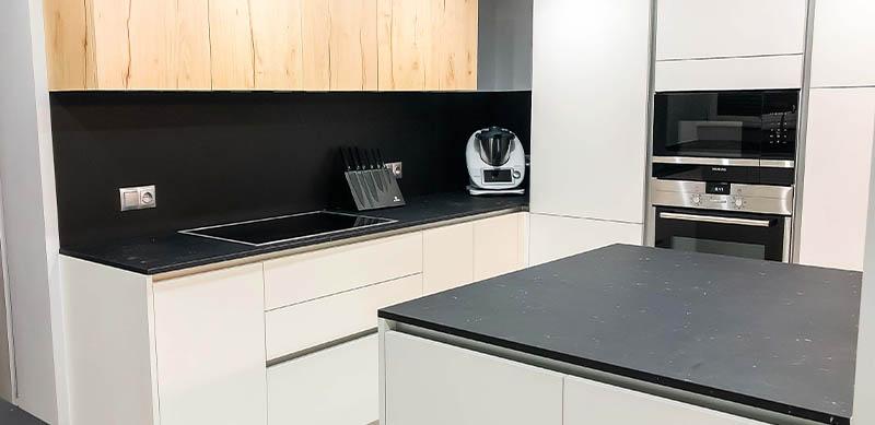 Open moderne zwarte en witte houten keuken door Isabelle SIERANSKI  4