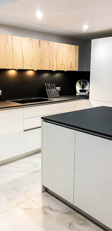 Open moderne zwarte en witte houten keuken door Isabelle SIERANSKI  3