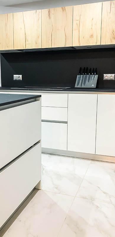 Open moderne zwarte en witte houten keuken door Isabelle SIERANSKI  2