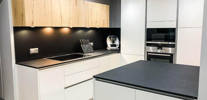 Open moderne zwarte en witte houten keuken door Isabelle SIERANSKI  1