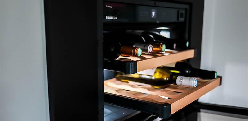 Moderne gesloten mat zwarte keuken met centrale eiland door Isabelle SIERANSKI | Raison Home - 9