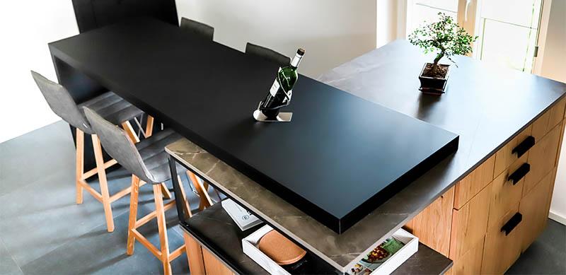 Moderne gesloten mat zwarte keuken met centrale eiland door Isabelle SIERANSKI | Raison Home - 8