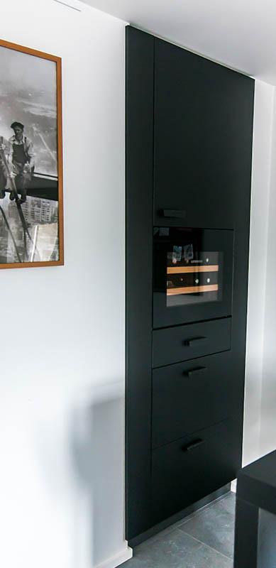 Moderne gesloten mat zwarte keuken met centrale eiland door Isabelle SIERANSKI | Raison Home - 7