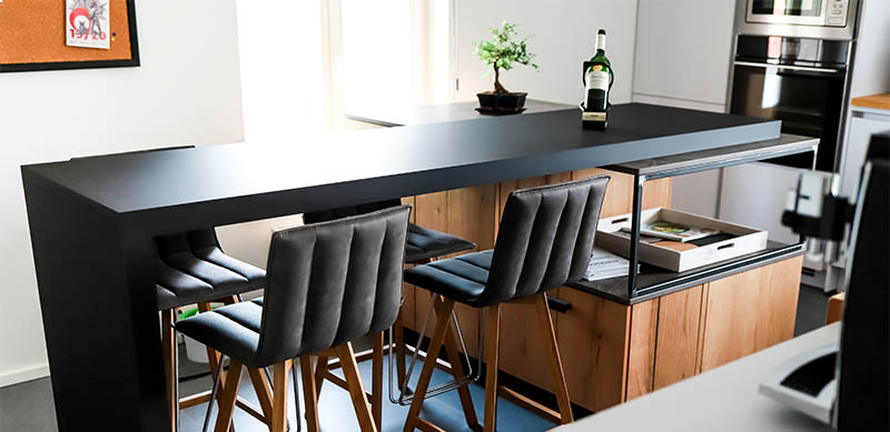 Moderne gesloten mat zwarte keuken met centrale eiland door Isabelle SIERANSKI | Raison Home - 5