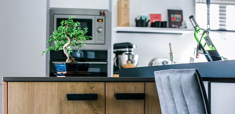 Moderne gesloten mat zwarte keuken met centrale eiland door Isabelle SIERANSKI | Raison Home - 4