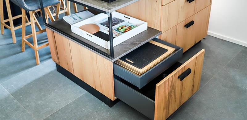 Moderne gesloten mat zwarte keuken met centrale eiland door Isabelle SIERANSKI | Raison Home - 3