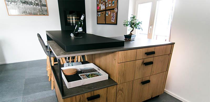 Moderne gesloten mat zwarte keuken met centrale eiland door Isabelle SIERANSKI | Raison Home - 1