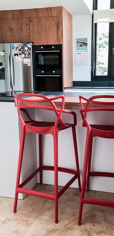 Gesloten moderne zwarte en witte houten keuken door Isabelle SIERANSKI  2