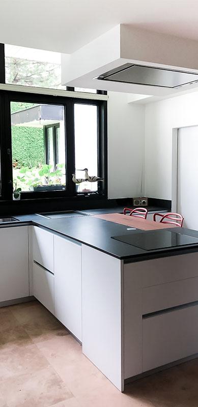 Gesloten moderne zwarte en witte houten keuken door Isabelle SIERANSKI  3