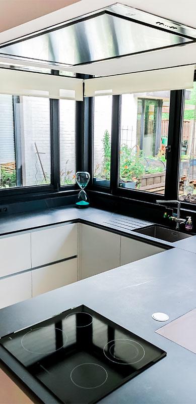 Gesloten moderne zwarte en witte houten keuken door Isabelle SIERANSKI  4