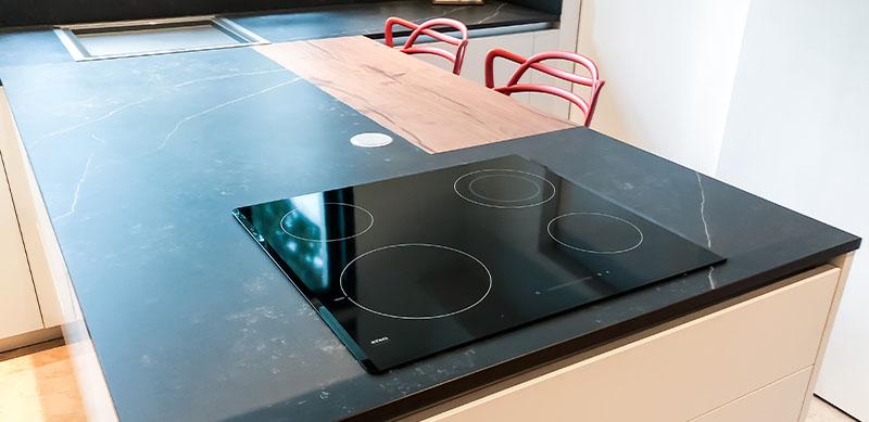 Gesloten moderne zwarte en witte houten keuken door Isabelle SIERANSKI  1