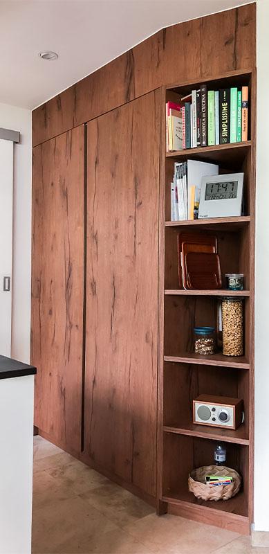 Gesloten moderne zwarte en witte houten keuken door Isabelle SIERANSKI  5
