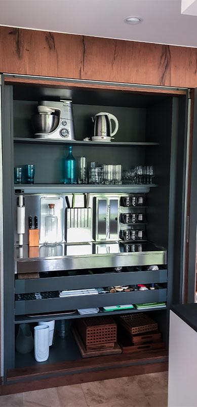 Gesloten moderne zwarte en witte houten keuken door Isabelle SIERANSKI  6