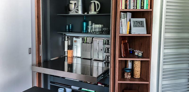 Gesloten moderne zwarte en witte houten keuken door Isabelle SIERANSKI  7