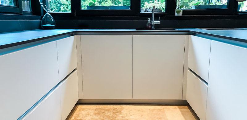 Gesloten moderne zwarte en witte houten keuken door Isabelle SIERANSKI  8