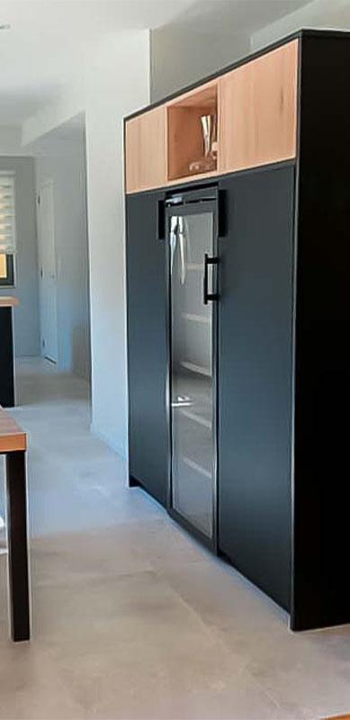 Moderne mat zwarte houten keuken met centrale eiland door Isabelle SIERANSKI 9