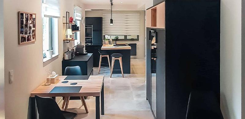Moderne mat zwarte houten keuken met centrale eiland door Isabelle SIERANSKI 8