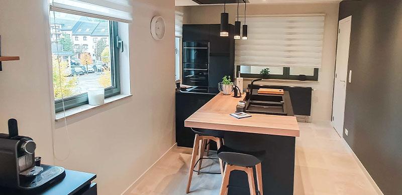 Moderne mat zwarte houten keuken met centrale eiland door Isabelle SIERANSKI 7