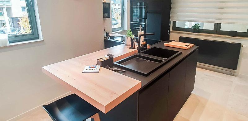 Moderne mat zwarte houten keuken met centrale eiland door Isabelle SIERANSKI 6