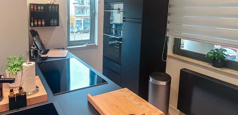Moderne mat zwarte houten keuken met centrale eiland door Isabelle SIERANSKI 5