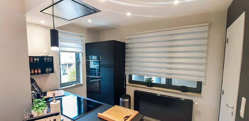 Moderne mat zwarte houten keuken met centrale eiland door Isabelle SIERANSKI 3