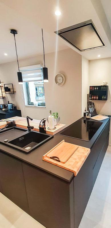 Moderne mat zwarte houten keuken met centrale eiland door Isabelle SIERANSKI 2