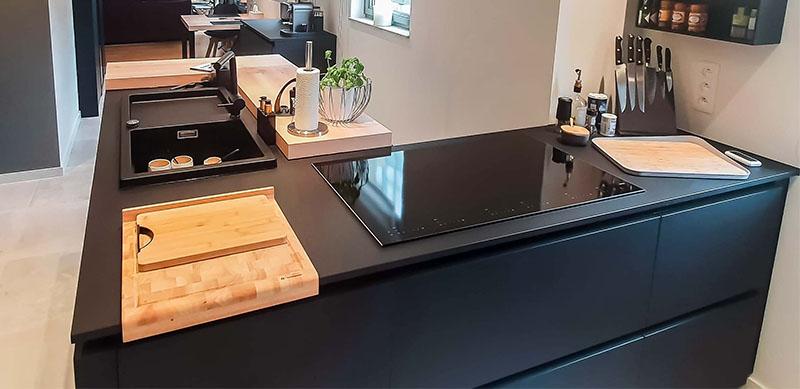Moderne mat zwarte houten keuken met centrale eiland door Isabelle SIERANSKI 1