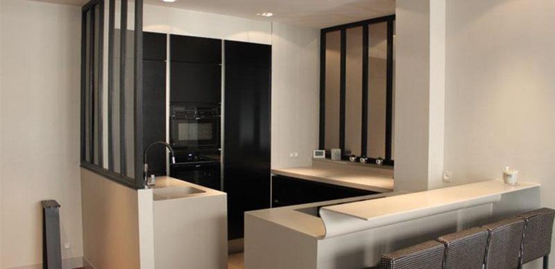 Open moderne grijze en zwarte keuken met glazen wand door Patricia JACOBS | Raison Home - 1