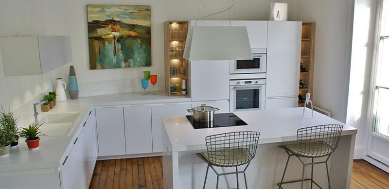 Moderne open witte keuken met eiland door Patricia JACOBS 1