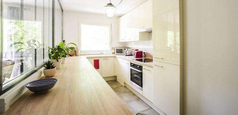 Gesloten houten hedendaagse keuken door Sébastien PRIELS | Raison Home - 1
