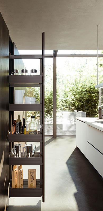 Gesloten moderne houten witte keuken in I-vorm met eiland door Sébastien PRIELS | Raison Home - 5