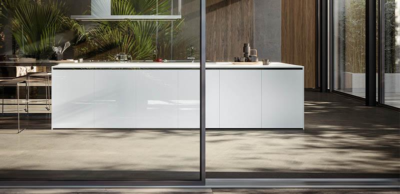 Gesloten moderne houten witte keuken in I-vorm met eiland door Sébastien PRIELS | Raison Home - 1