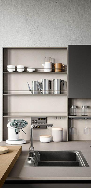 Open moderne witte en grijze keuken in L-vorm door Sébastien PRIELS | Raison Home - 3