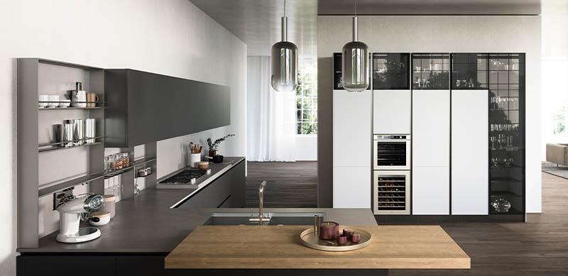 Open moderne witte en grijze keuken in L-vorm door Sébastien PRIELS | Raison Home - 1