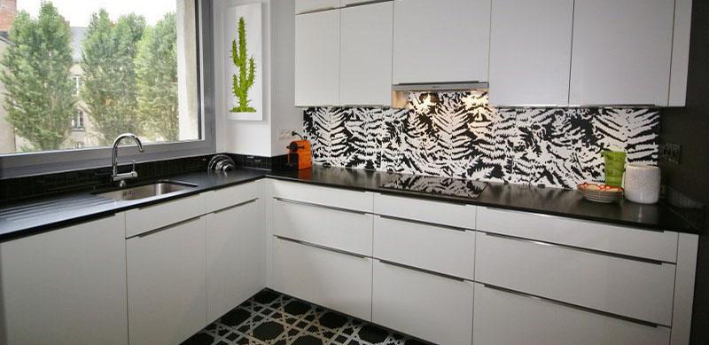 Open moderne zwarte keuken door Sébastien PRIELS | Raison Home - 1