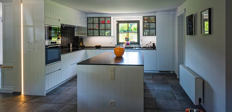 Open witte cottage keuken door Timothy JACOBS | Raison Home - 1