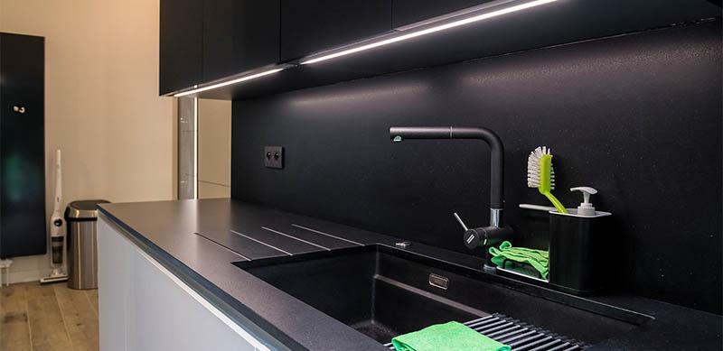 Moderne open mat witte keuken met eiland door Timothy JACOBS | Raison Home - 1