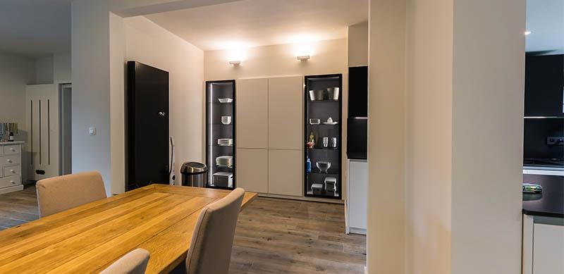 Moderne open mat witte keuken met eiland door Timothy JACOBS | Raison Home - 3