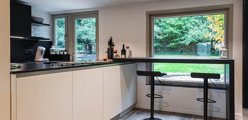Moderne open mat witte keuken met eiland door Timothy JACOBS | Raison Home - 4