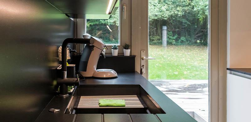 Moderne open mat witte keuken met eiland door Timothy JACOBS | Raison Home - 6